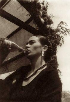 Frida Kahlo drinking a beer - Leo Matiz
