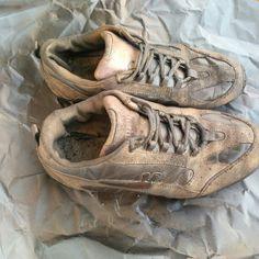Schoenen gespoten. Eerst een watervaste coating en dan 3 lagen antiek brons spray. Rustig aan spuiten en goed laten drogen tussen de lagen in.