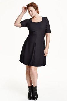 H&M+ Vestido punto con textura: Vestido de manga corta en punto con textura. Modelo con cuello ligeramente amplio, parte superior ajustada y falda de corte circular.