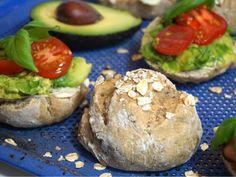 Grova nattjästa frallor, ett riktigt gott bröd bakat med kärlek och massa gott och nyttigt. Ett grovt bröd som är perfekt till frukost då det jäser över natten! Fika, No Bake Desserts, Salmon Burgers, Baked Potato, Baking Recipes, Brunch, Food And Drink, Healthy Eating, Vegetarian