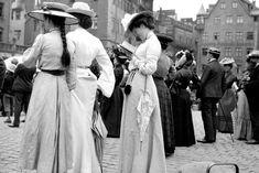 Touristen an der Frauenkirche in Nürnberg:  Die Damen und Herren warten auf...
