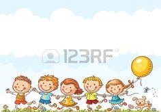 Felices los niños de dibujos animados que se ejecutan al aire libre en un día de verano