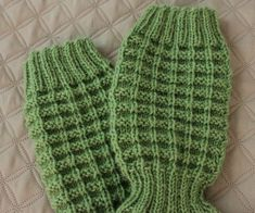 Halusin neuloa villasukkavarastooni miesten sukat. En kuitenkaan halunnut tehdä ihan perinteisiä sukkia, joten tein Jules-sukat. Tämä kuvi...