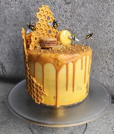 ruche d'abeille et nid d'abeilles cake design idées créatives Bolo Cookies And Cream, Cake Mix Cookies, Bee Cakes, Cupcake Cakes, Macaron Cake, Pink Cakes, Tortas Deli, Honeycomb Cake, Dessert Original