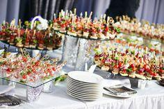 Quelques exemples de plats à préparer pour son buffet de mariage : brochettes et canapés.