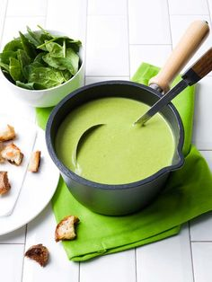 Spinach-courgette soup with coconut and garlic croutons Spinazie-courgettesoep met kokos en lookcroutons Pureed Food Recipes, Healthy Soup Recipes, Healthy Cooking, Cooking Recipes, Zucchini Soup, Good Food, Yummy Food, Vegan Soups, Bowl Of Soup