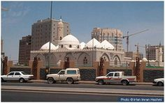 Masjid Ghamama This masjid, located about 300m south-west of Masjid-e-Nabwi is known as Masjid Ghamama. It is built on the site where the Prophet (peace and blessings of Allah be on him) performed the Eid salah during the last years of his life.