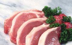 Bistecche di maiale sfumate al vino bianco - La ricetta delle bistecche di maiale sfumate al vino bianco è veloce e facile, adatta a tutti i cuochi che vogliono sorprendere amici e parenti con un secondo invitante ma realizzato in pochissimi minuti