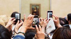 O maior alvo da fotografia turística, a  Monalisa, no Museu do Louvre, Paris, em 2012