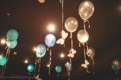 Украшения зала: шарики с бабочками. Основа бабочек: пенопласт, покрытый специальной краской.