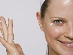 O primer é um dos produtos indicados para preparar a pele para a maquiagem! Ele deve ser usado depois de limpar e tonificar, e a sua função é fechar os poros, controlar a oleosidade, disfarçar as linhas e marcas de expressão além de deixar um aspecto mais uniforme e de textura mais agradável na pele!