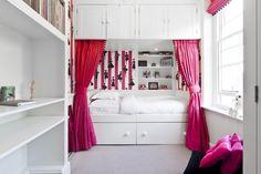 Einzelbett mit Stauraum in einer Nische mit Vorhängen platziert