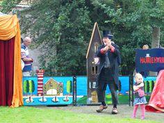 Harry op Klompen geeft een show in Eastermar voor de kinderen.