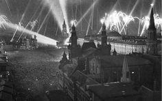"""23 февраля 1945 г. """"В 20 часов произвести салют в Москве, Ленинграде, Киеве, Минске, Петрозаводске, Таллине, Риге"""" – приказ Сталина. - - - На фото Салют Победы! Москва, 9 мая 1945 года."""