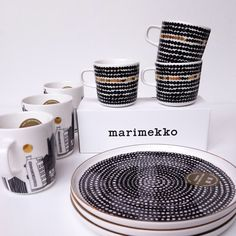 Jubileum editie van Marimekko voor het 10 jarig bestaan van het OIVA servies. Via blikfang.nl #marimekko #jubileumservies #finsdesign #scandinavischdesign Marimekko, Mug Cup, Home Kitchens, Dishes, Mugs, My Favorite Things, Tableware, Artwork, Black