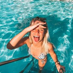 Aaaaa who doesn't love this kind of photo in the POOL at? There are more than 30 ideas for you to be inspired ! Cute Beach Pictures, Poses For Pictures, Picture Poses, Picture Ideas, Pool Poses, Beach Poses, Story Instagram, Instagram Pose, Pool Fotografie