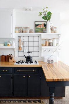 cuisine scandinave, étagères flottantes et comptoir en bois