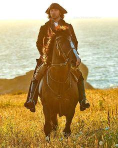Aidan Turner as Ross Poldark, and Seamus (Darkie) the horse. Haven't seen the series but that horse is just gorgeous! Bbc Poldark, Poldark 2015, Demelza Poldark, Poldark Series, Ross Poldark, Ross And Demelza, Winston Graham, Aiden Turner, Adrian Turner
