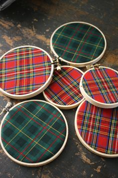 plaid fabric makes simple ornaments when placed on craft hoops. For a tartan tree idea? Tartan Christmas, Rustic Christmas, Winter Christmas, Christmas Holidays, Christmas Decorations, Christmas Ornaments, Ornaments Ideas, Tree Decorations, Christmas Projects