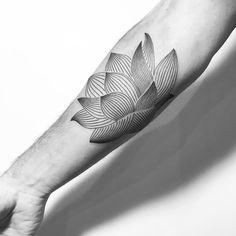 #carinsilver🌹at @lesmauxbleus #lotustattoo #tattoo #fineline #fineliner #fineliner #tats #tattooparis #paris #ink #inked #instaink #inkedlife #instagram #bw #blackwork #blackworkers #blackandwhite #blackworktattoo #instatattoo #instainked  #tatouee #tatouage #flowertattoo #lemarais #flowers #fleurs #lotusflower #lotus