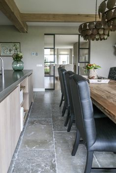 Woonkeuken met prachtige natuursteen vloer van Bourgondische dallen in combinatie met stoere houten keuken. Zeer mooie combinatie grijstinten. #natuursteen kersbergen.nl