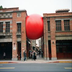 Kurt Perschke - RedBall Project - traveling public art installation has traversed the globe, appearing in many cities. Kurt Perschke - RedBall Project - traveling public art installation has traversed the globe, appearing in many cities. Land Art, Street Art, Instalation Art, Urbane Kunst, Wow Art, Art Installations, Outdoor Art, Public Art, Public Spaces