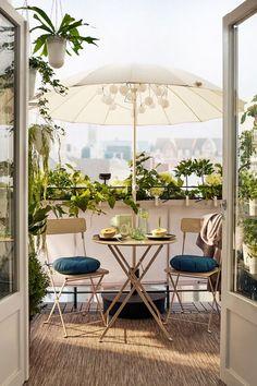 Balcony with folding SALTHOLMEN garden chairs in beige, a .- Balkon mit klappbaren SALTHOLMEN Gartenstühlen in Beige, eine kleine … Balcony with folding SALTHOLMEN garden chairs in beige, a small … - Small Balcony Garden, Outdoor Balcony, Small Patio, Outdoor Decor, Balcony Ideas, Ikea Outdoor, Small Balconies, Plants On Balcony, Outdoor Chairs