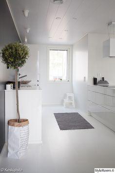keittiö,valkoinen keittiö,yksityiskohtia,valkoinen lattia,oliivipuu