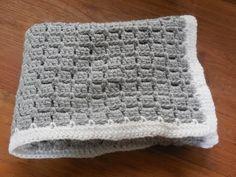 Hoe haak je een baby dekentje? Voor deze maat van 60-90 cm heb je nodig: 6 bollen grijs á50gr + 1 bol wit á50 gr. Een tutorial met een makkelijk patroon, ook voor beginners!. Crochet, Baby, Crochê, Blanket,