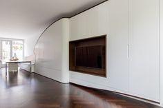 Wandkast / TV-meubel van wengé gecombineerd met spuitwerk. http://www.wagenaarwoodworks.nl/project/6220/