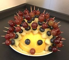 Kindergeburtstag: Ideen, Motto & Deko - Mamaskind, Den Obst-Igel aus Melone, Weintrauben und Heidelbeeren gab es in der Kita statt Gummibärchen Party Snacks, Appetizers For Party, Hedgehog Cake, Creative Food, Clean Eating Recipes, Finger Foods, Food Art, Kids Meals, Food And Drink