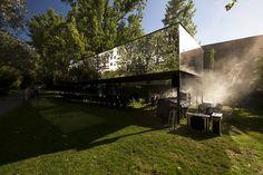 Construido por Subvert Studio en Lisbon, Portugal con fecha 2014. Imagenes por Subvert / APP Photography. Próximo Futuro y el Programa Gulbenkian de Cultura Contemporánea están dedicado en particular, pero no exclusivamente...   http://www.plataformaarquitectura.cl/cl/769938/tupa-un-totem-sudamericano-subvert-studio
