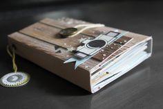 Bonjour, aujourd'hui je reviens avec un mini album, je vous ai concocté un kit pour le réaliser et je vous offre le tuto =) tout cela c'est grace à Cartoscrap !!! un grand merci à Marianne pour m'avoir laissé carte blanche =) voici le mini que je vous... Mini Albums Scrapbook, Diy Scrapbook, Scrapbook Pages, Mini Albums Photo, Album Photo, Scrapbooking, Album Book, Book Binding, Smash Book