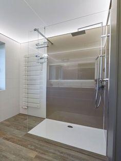 Walk-In Dusche mit Duschtasse und Rückwänden aus Acrylglas