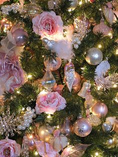I think I love this shabby chic idea! Beautiful shabby Victorian Christmas tree, decorated with pink roses, glass and crystal ornaments, and bunches of pearls. Victorian Christmas Tree, Noel Christmas, Vintage Christmas, Christmas Ornaments, Amazon Christmas, Christmas Mantles, Gold Ornaments, Christmas Villages, Silver Christmas