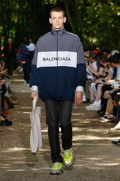 Balenciaga Spring 2018 Menswear Fashion Show Collection: See the complete Balenciaga Spring 2018 Menswear collection. Look 46 Male Fashion Trends, Men Fashion Show, Golf Fashion, Fashion Show Collection, Fashion Tips For Women, Fashion Kids, Mens Fashion, Balenciaga Spring, Le Polo