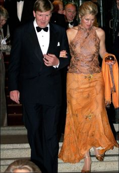 Máxima also bought a dress of orange silk with brown lace from the Argentinean designer Benito Fernandez Yellow Fashion, Royal Fashion, Model Kebaya, Style Royal, Royal Brides, Royal Dresses, Nassau, Queen Dress, Queen Maxima