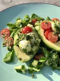Avocado pestosalade met mozzarella – Food And Drink Veggie Recipes, Vegetarian Recipes, Healthy Recipes, Pumpkin Recipes, Potato Recipes, I Love Food, Good Food, Yummy Food, Avocado Brownies