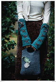 crystal_gloves_and_moss-tote.jpg--I have knitted these gloves! Diy Tricot Crochet, Crochet Gloves, Knit Mittens, Knitting Projects, Knitting Patterns, Crochet Patterns, Wrist Warmers, Hand Warmers, Rowan Yarn