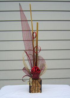 NZ treefern wooden vase (Fernwood) with flax and hapene flower arrangement Flax Weaving, Weaving Art, Ikebana Arrangements, Floral Arrangements, Chocolate Showpiece, Flax Flowers, Birthday Centerpieces, Maori Art, Wooden Vase