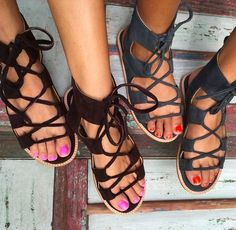 Sandals Summer je taime - There is nothing more comfortable and cool to wear on your feet during the heat season than some flat sandals. Sock Shoes, Cute Shoes, Me Too Shoes, Shoe Boots, Pumps, Stilettos, Gladiator Sandals, Shoes Sandals, Flat Sandals