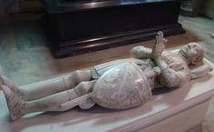 Héros français de la Guerre de Cent et libérateur du territoire sous le règne de Charles V, terreur des Anglais, Bertrand du Guesclin a bien mérité de reposer auprès des rois, ses maîtres. Ainsi en avait décidé le roi Charles le Sage.