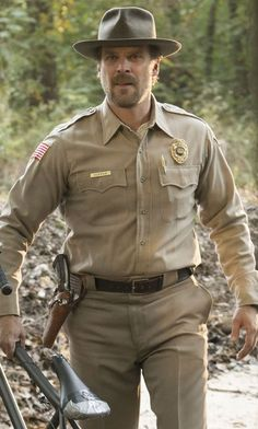 David Harbour as Chief of Police Jim Hopper in Stranger Things. Stranger Things Sheriff, Stranger Things Halloween, Stranger Things Netflix, Stranger Things Season, Hopper Stranger Things Costume, Stranger Things Chief Hopper, Stranger Things Characters, Stranger Danger, Millie Bobby Brown