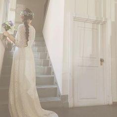 ウェディングドレスを決めるのはまさにご縁と運命。そんな本命ドレスを探すのは楽しい時間ですよね。東京のアトリエで作られている「Maison SUZU(メゾンスズ)」のドレスはそんなプレ花嫁の本命ドレスになるかもしれません。ふわふわロマンティックドレスが包んでくれる極上の時間…♥ Wedding Hair Flowers, White Wedding Dresses, Flowers In Hair, Tuxedo Dress, Headdress, Cute Fashion, Rustic Wedding, Wedding Hairstyles, Dream Wedding