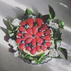 Photo by Papermint.pl | Torcik! #papermint #zaproszeniaslubne #oprawaslubna #dekoracjeslubne #lilac #whitelilac #whitetheme #white  #bialybez #bez #wiosna #spring #springflowers #flowers #weddinginvitation #stationery #beadbros #bridelle #truskwaki #strawberries #cake #baking #slubnaglowie #weselezklasa #love #engagement #zareczyny #isaidyes #fresh