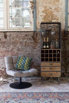 Dutchbone Vino Wijnkast Mooie wijnkast van H 170 x B 56 x D 38 cm Met een toffe, antieke look Alles bij de hand voor een gezellig avond! Opvallend verschijnsel in jouw interieur! Vintage, industrieel design van Dutchbone Prijs €595,00