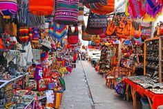 Pisac market, Cuzco, Peru  Un pueblo pintoresco en las afueras de Cuzco tiene un mercado artesiano famoso