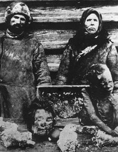 Cannibalism during the Russian Famine 1921 Thought to be a possible contributing factor in the behavior of Chikatilo. Such a disturbing photo, and yet a significant piece of history. The Stranger, House Of Pain, The Babadook, Post Mortem, Foto Real, Interesting History, Interesting Stories, Interesting Photos, Illuminati