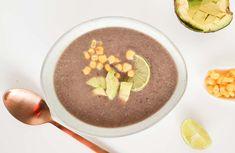 Deze zwarte bonen soep is een soort burrito in een kommetje. Lekker pittig, snel op tafel en een feestje met lekkere toppings zoals avocado en maïs...