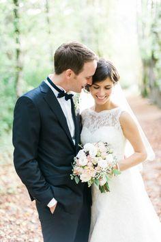 das Brautpaar: Brautkleid mit Spitze und Gürtel in A-Linie für sie & dunkelblauer Anzug für ihn